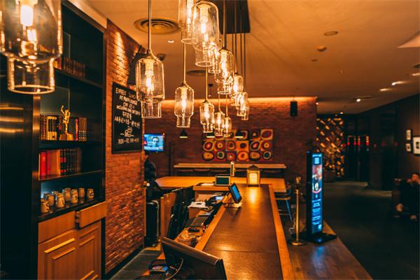 酒吧装修吧台应该怎样设计?怎样装修酒吧省钱?
